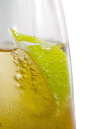 Una rodaja de limón en una cerveza fresca, fría mexicana Foto de archivo - 5291632