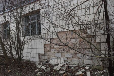 old wall, tiles partially collapsed, dry leaves Banque d'images - 142148853