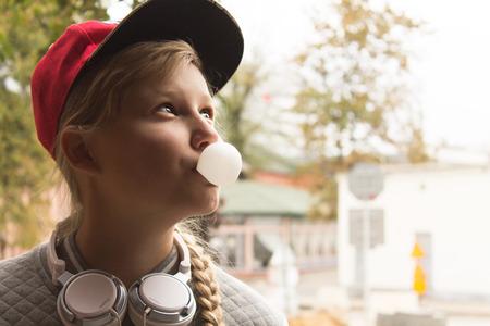 guadaña: Chica adolescente y goma de mascar en el Sity