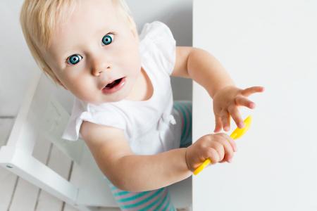 obesidad infantil: Niño que espera para la comida. Fondo blanco