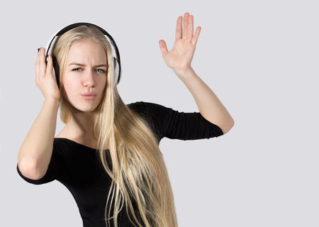 Het tienermeisje die aan Muziek op Hoofdtelefoons luisteren isoleerde Witte Achtergrond