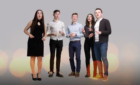 Het gezelschap van jonge mensen zingen Stockfoto