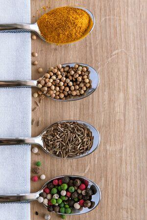 Mix di spezie in cucchiaio per cucinare. Sfondo. Copia spazio