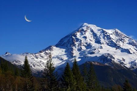 cicuta: Vista del paisaje del Monte Rainier tomada durante la luna de verano time.Crescent a la izquierda y en primer plano que muestra muchas de diferentes tama�os abetos Douglas.