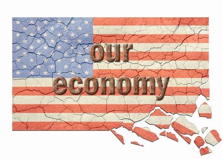 Agrietado, a la edad y el desmoronamiento de la bandera americana con nuestra econom�a en letras oxidada en la cima. Foto de archivo - 13904124