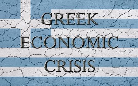 crisis economica: Faded, agrietado, y la textura de edad, la bandera griega, con las palabras griegas crisis económica, que tiene una mirada oscura chizeled metálico