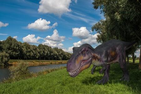 tyrannosaurus rex: Scary Dino Tyrannosaurus Rex en un cielo oscuro