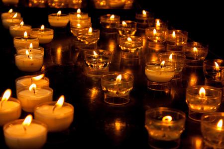 Romantische glühenden lange Reihe von Kerzenlicht brennen Standard-Bild