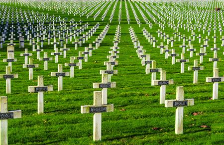 memorial cross: Mundo Cementerio de la guerra uno en Francia Vimy La targette