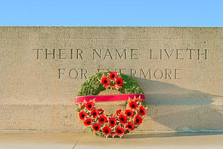 memorial cross: monumento guerra mundial con la guirnalda de amapolas Foto de archivo