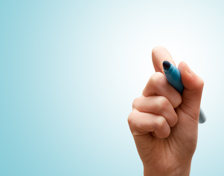rotulador: Manos con lápiz de escribir en azul pantalla Foto de archivo