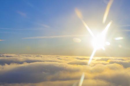 太陽の近くの雲の上の高