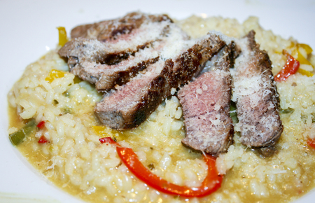 carnes y verduras: risotto with cheese and fine meats vegetables Foto de archivo