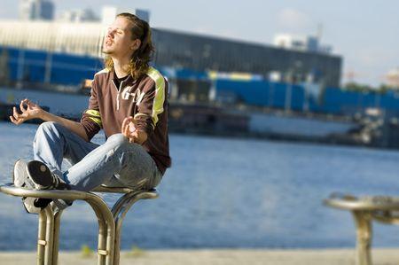 oneness: Il giovane che fa il yoga si muove dal fiume