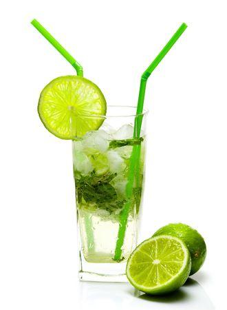 coctel de frutas: Mojito c�ctel aislados sobre fondo blanco