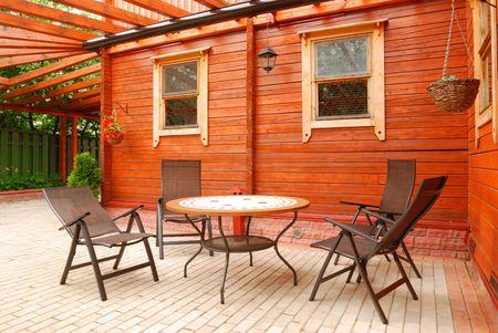 patio furniture: Mobilia del patio di fronte alla casa rurale