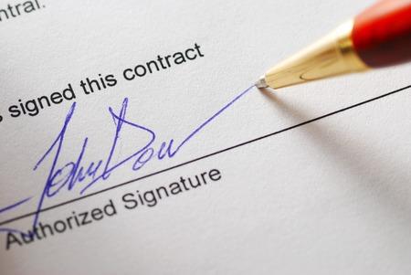 contrato de trabajo: La firma de un contrato. Profundidad de campo.