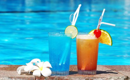 Cocktails near the swimming pool Stock Photo - 2338598