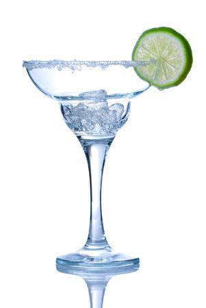 margarita cocktail: Bicchiere da cocktail Margarita isolato su bianco