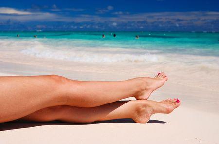 piernas sexys: Las piernas de la mujer sexy en la playa
