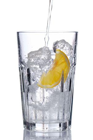 purified water: Vaso de agua con hielo y lim�n aisladas en blanco