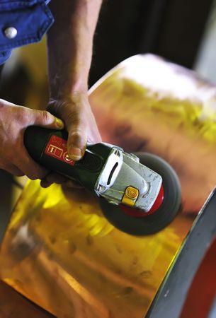 grind: Grind herramienta en manos del trabajador Foto de archivo
