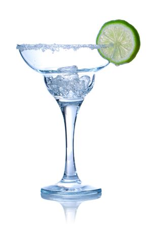 margarita cocktail: Vetro Margarita cocktail isolated on white. Soft riflessione.