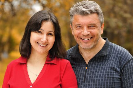 pareja madura feliz: Pareja madura Happy retrato al aire libre
