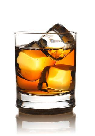 scotch: Single malt whisky met ijs op wit wordt geïsoleerd