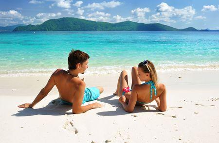 coquetear: Pareja en una playa tropical Foto de archivo