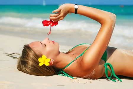 niñas en bikini: Chica con flor en Playa Caribe