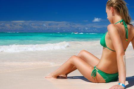 maillot de bain fille: Bikini fille sur la plage des Cara�bes Banque d'images