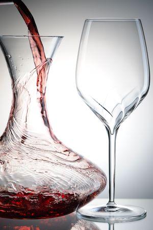 Wlewanie wina czerwonego do Dekanter