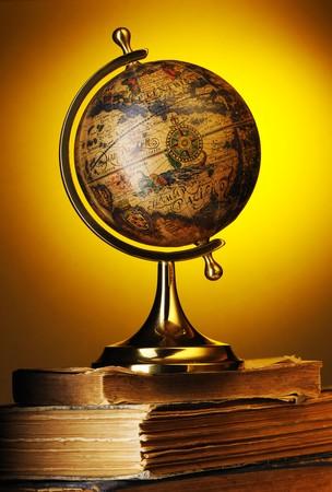 Globe antique sur vieux livres au jaune