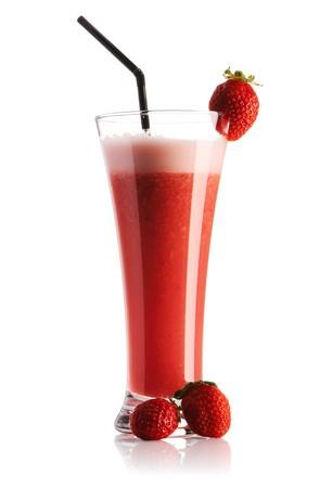 erdbeer smoothie: Erdbeere Smoothie isolated on white