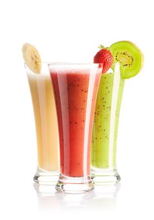 verre de jus: Smoothies isol�es sur blanc - fraise, Struthioniformes & banane