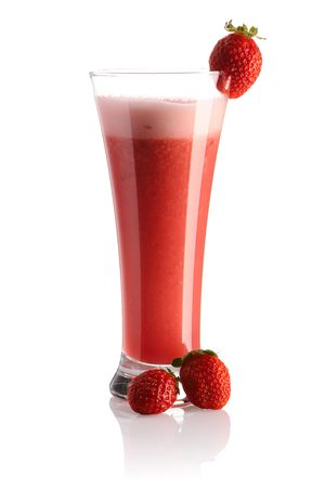 batidos de frutas: Strawberry smoothie aislado en blanco
