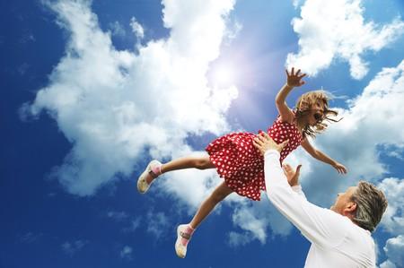 Padre e hija contra el cielo