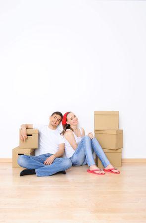Giovane coppia da spostare in una nuova casa di riposo. Copia grande spazio.