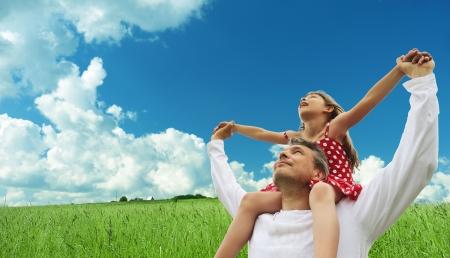 Vader en dochter tegen hemel  Stockfoto - 7270889