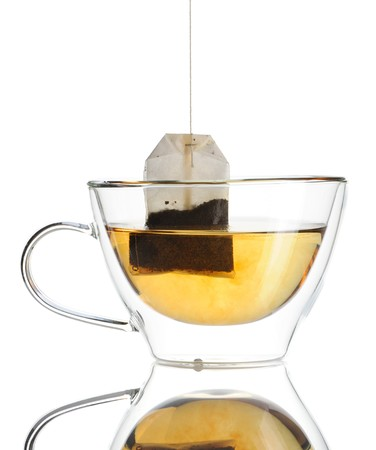 wei�er tee: Teebeutel in der Tasse mit hei�em Wasser