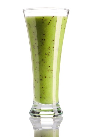batidos de frutas: Smoothie de Kiwi aislado en blanco