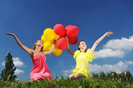 Niñas celebración de globos contra el cielo  Foto de archivo - 7365716