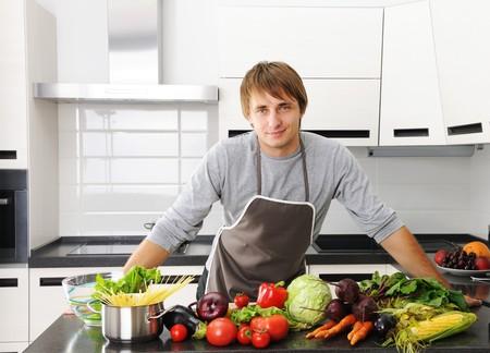 hombre cocinando: Hombre de cocina en la cocina moderna  Foto de archivo