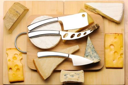 さまざまな種類のボード上のチーズ 写真素材
