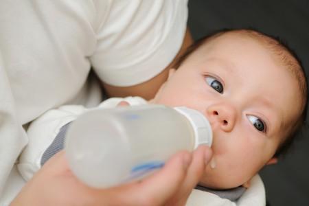 Pap� alimentando a su beb� reci�n nacido  Foto de archivo - 8222013