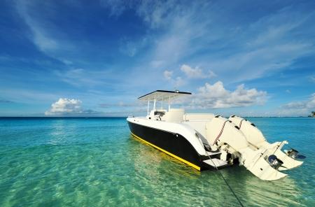 Bella spiaggia con barca a motore a Boracay island, Filippine
