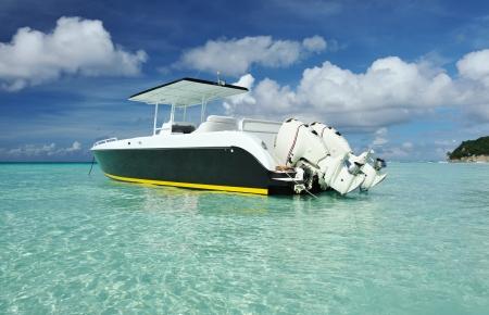 deportes nauticos: Hermosa playa con bote a motor en la isla de Boracay, Filipinas