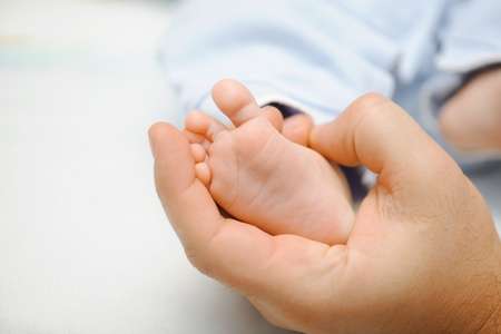 Father holding his newbon baby's feet Stock Photo - 8911412
