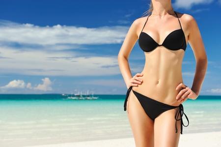 Женщина с красивым телом на тропическом пляже